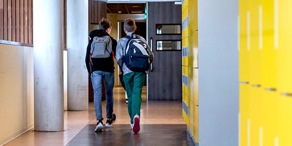 Twee leerlingen lopend in de gang