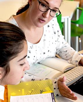 Docenten met leerling